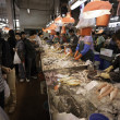 Sellers of fish and buyers at the Fish Market in Macau — Stock Photo