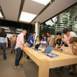 Постер, плакат: Buyers and sellers in the Apple store in Hong Kong