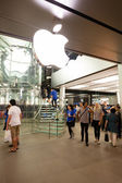 Buyers at the entrance at Apple store in Hong Kong — Stock Photo