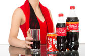 Girl holding a glass of Coca-Cola — Stock Photo