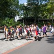 Pupils and teachers at the Singapore Zoo. — 图库照片