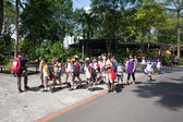 Pupils and teachers at the Singapore Zoo. — Stock Photo
