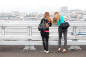 Dwie dziewczyny na złoty most we władywostoku — Zdjęcie stockowe
