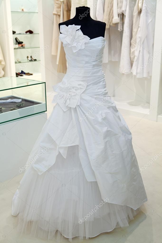 Красивое свадебное платье на манекене