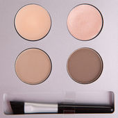 Set of beige eyeshadows and applicator brush — Stock fotografie