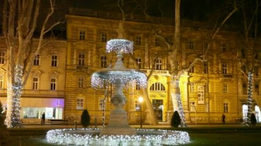 The first fountain at Zrinjevac decorated by Christmas lights. — Vídeo de stock