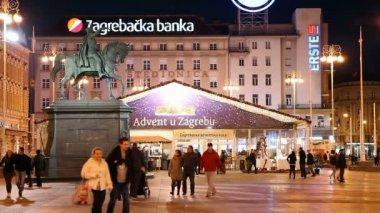 Ban Jelacic Square (Trg bana Jelacica) with the statue of Ban Josip Jelacic. — Stock Video