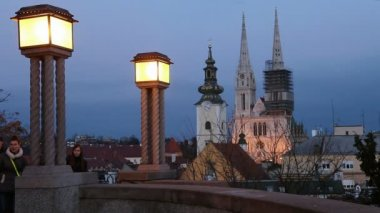 Night view towards the Zagreb Cathedral. — Stock Video