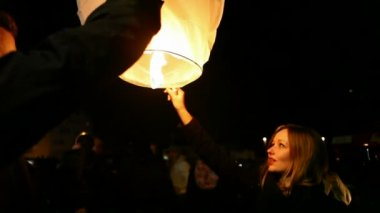 Girl releasing paper lantern — Stock Video