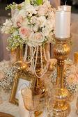 Tabulka s květinami, perel a svíčky — Stock fotografie