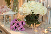Table decorated with candles and white roses — Stockfoto