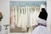 свадебные платья на вешалках в салоне — Стоковое фото