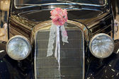Vintage car with wedding bouquet — Stok fotoğraf