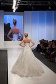 婚纱礼服的时装模特 — 图库照片