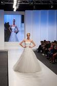 Modella in abito da sposa — Foto Stock