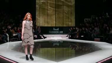 Fashion models on the catwalk — Stock Video