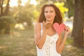 Femme avec coeur rouge — Photo