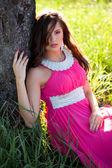 Frau in einem langen rosa kleid — Stockfoto