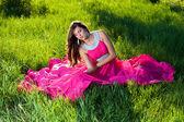 Mujer con un vestido largo color rosa — Foto de Stock