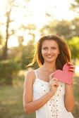 Mujer con corazón rojo — Foto de Stock