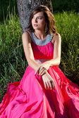 長いピンクのドレスを着た女性 — ストック写真