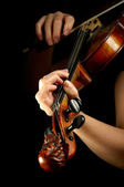 Muzikant speelt viool geïsoleerd op zwart — Stockfoto