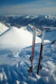 Paire de skis dans la neige, dans les montagnes — Photo