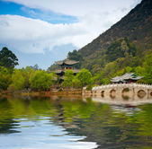 Chinese pagoda reflecting in the lake — Stock Photo