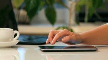 Kobieta ręce i tablet pc — Wideo stockowe