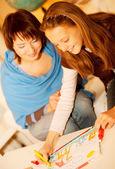 母亲和她的女儿绘图. — 图库照片