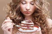漂亮的女人和一个蛋糕 — 图库照片
