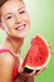 žena držící meloun připravena vzít sousto — Stock fotografie