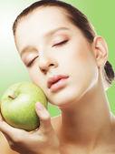 Tiro na cabeça de mulher segurando a maçã — Foto Stock