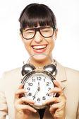 бизнес-леди в очках холдинг будильник — Стоковое фото