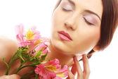 Mulher bonita com flores cor de rosa — Foto Stock