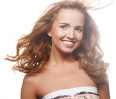 Modelo de mujer con pelo rubio vuelo azotadas por el viento. — Foto de Stock