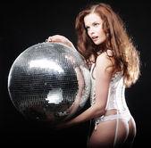 ディスコ ボールと煙の中のダンサーの女の子 — ストック写真
