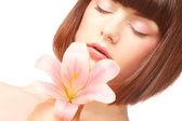 Portret pięknej kobiety z kwiatów różowa lilia — Zdjęcie stockowe