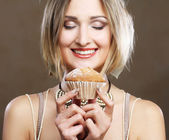 Güzellik kız pasta ile — Stok fotoğraf
