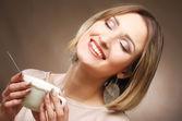 Krásná žena, pití kávy — Stock fotografie