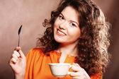 美しい女性のコーヒーを飲む — ストック写真