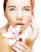 Mulher bonita com flor orquídea — Foto Stock