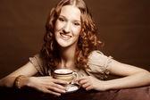 женщина, наслаждаясь кофе тайм — Стоковое фото