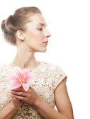 Blond dziewczynka z różowy kwiat na białym tle — Zdjęcie stockowe