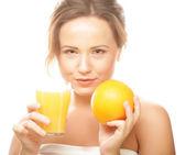 Žena s pomeranče ve svých rukou — Stock fotografie