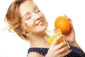 Kobieta trzyma pomarańczowy i sok na białym — Zdjęcie stockowe