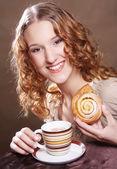 Donna biscotto di mangiare e bere caffè. — Foto Stock