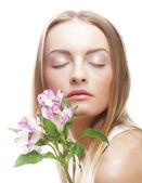 Kobieta z różowe kwiaty — Zdjęcie stockowe