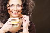 Kobieta z kawa i ciasteczka — Zdjęcie stockowe