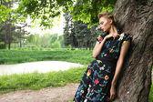 Mladá žena pózuje na stromě — Stock fotografie